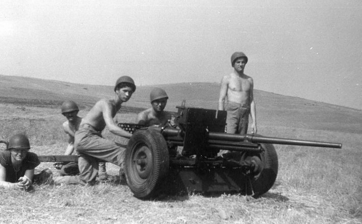 Anti-tank gunners train in California, 1944. These men later joined the 24th Replacement Draft. Photo from the Lloyd Abbott collection.